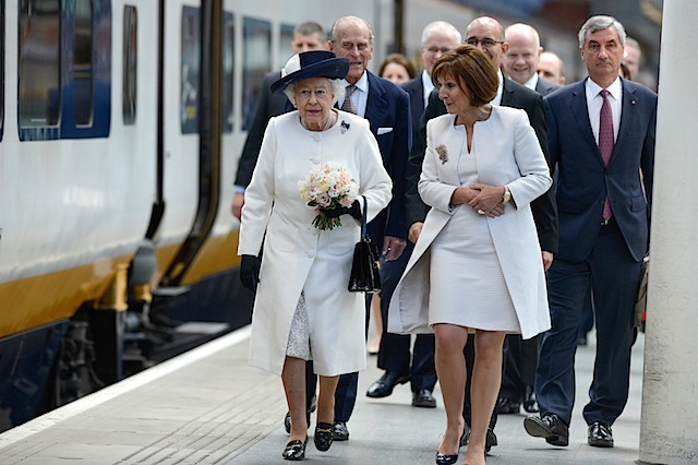 Her Majesty the Queen unveils plaque celebrating 20 years of Eurostar #france #trains #royalfamily